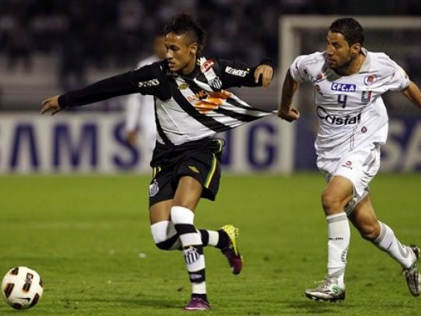 EL MÁS BUSCADO. Neymar, la nueva 'joyita' del fútbol brasileño, fue uno de los hombres más peligrosos del partido ante Once Caldas. El ofensivo de Santos es marcado por Elkin Calle. (Foto: AP)