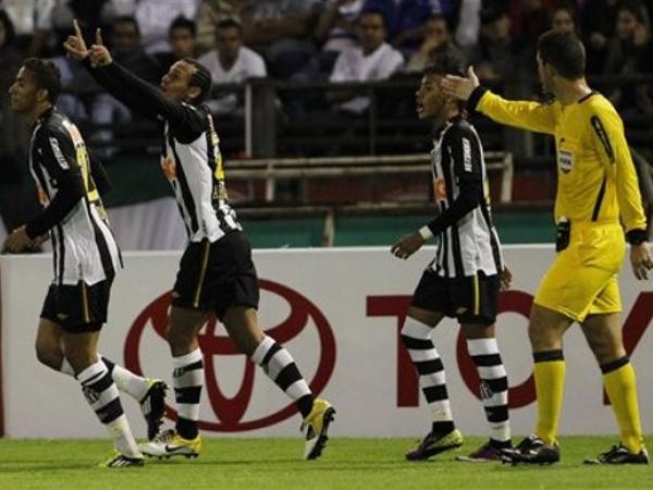 PASE USTED. Santos está casi asegurado en una de la semifinales del campeonato; sin embargo, Once Caldas pueder sorprender, ya lo hizo con el poderoso Cruzerio en octavos de final. (Foto: AP)