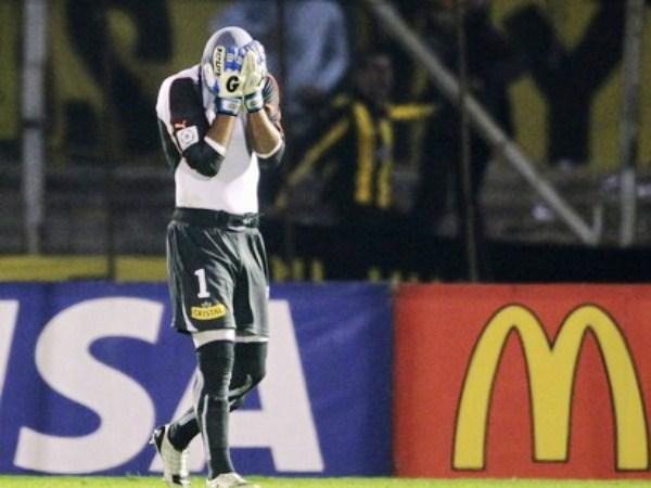 EL PEOR DÍA. Paulo Garcés tuvo una noche para el olvido en el Centenario, pues tuvo bastante culpa en los dos goles del 'Carbonero'. (Foto: Reuters)