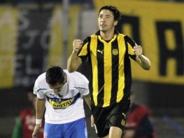 CAZADOR AURINEGRO. Juan Manuel Olivera le dio la clasificación a Peñarol en Brasil y anotó el gol que abrió la senda del triunfo en Montenvideo. (Foto: Reuters)