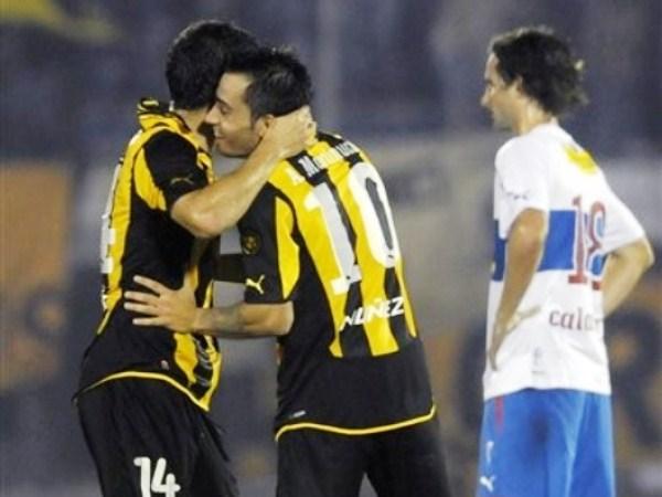 NO PIERDE LA PÓLVORA. Otro que está afilado desde Octavos es Alejandro Martinuccio. El '10' de Peñarol hizo un gol de carambola, pero igual valen y se festejan. (Foto: AP)