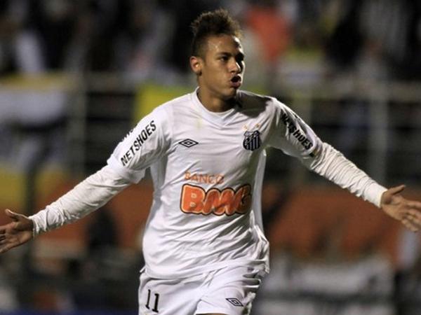 SIEMPRE NEYMAR. Neymar anotaba el primero gol del partido y la ventaja inicial para Santos, que aseguraba su pase a semifinales. El delantero brasileño falló después un penal. (Foto: Reuters)