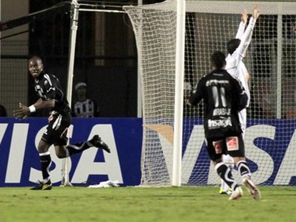 UN PEQUEÑO ALTO. Watson Rentería anotaba la igualdad a favor de Once Caldas y lograba provocar un pequeños susto en el estadio Pacaembú de Sao Paulo. (Foto: Reuters)