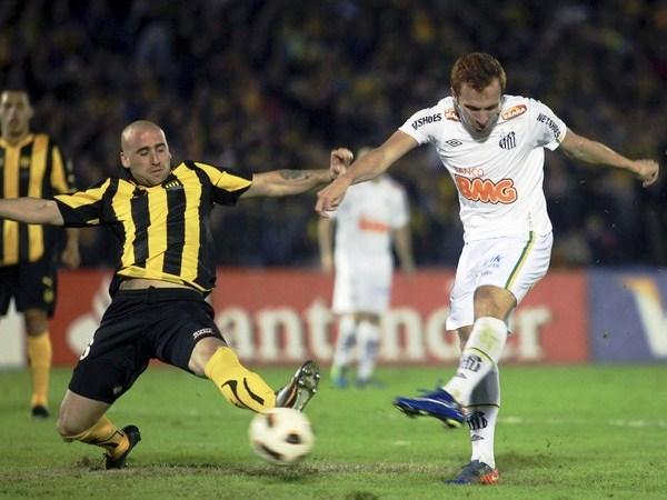 DE ESPALDAS AL GOL. Zé Eduardo tuvo las más claras de Santos en sus pies. El delantero albo está en deuda con el equipo paulsta. (Foto: Reuters)