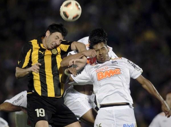 LE VA A TODO. Alex Sandro cumplió una destacada actuación en la defensa visitante. En la imagen, lucha palmo a palmo con Olivera. (Foto: Reuters)