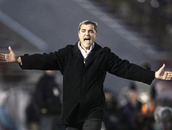 AGARREN AL LOCO. El técnico de Peñarol, Diego Aguirre, se puso como loco cuando le anularon el gol a Peñarol por posición adelantada. (Foto: Reuters)