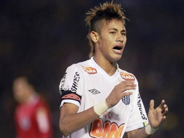 CAPITÁN Y FIGURA. Neymar se lamenta la ocasión que desperdició Zé Eduardo y que nació de sus pies. (Foto: Reuters)