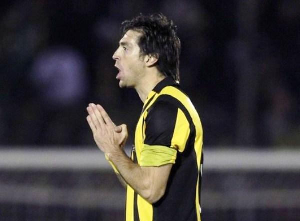 UNA COSA DE LOCOS. Diego Alonso se muestra incrédulo cuando le anularon su gol. El delantero uruguayo pudo ser el héroe de la noche en Montevideo. (Foto: Reuters)