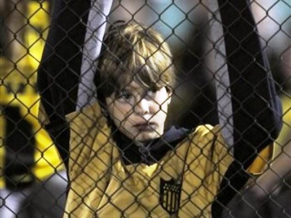 QUERÍA GRITAR UNO. Este niño se quedó con las ganas de festejar un gol de su equipo en la popular. Los hinchas aurinegros se quedaron con las ganas. (Foto: AP)