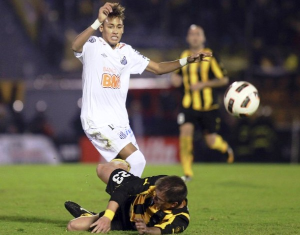 CONTRA TODOS. A pesar del juego fuerte de los hombres de Peñarol, Neymar salió airoso y demostró toda su habilidad. (Foto: Reuters)