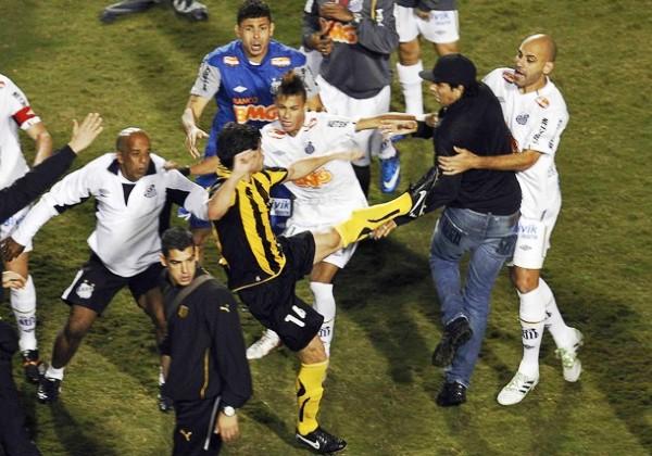 TRISTE FINAL. Luego del pitazo final, un grupo de hinchas del conjunto brasilero tuvo un fuerte altercado con los jugadores de Peñarol, quienes reaccionaron violentamente. (Foto: Reuters)