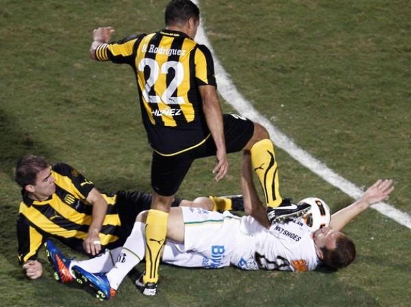 ¿ES FÚTBOL? Durante varios pasajes del partido, los jugadores de Peñarol se excedieron con el juego fuerte y cometieron acciones criminales, tal como la captada en la imagen donde embistieron con todo a Zé Eduardo. (Foto: Reuters)