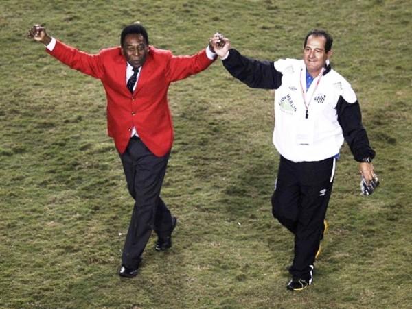 ES EL REY. Pelé se unió a las celebraciones del Santos al final del cotejo. (Foto: Reuters)