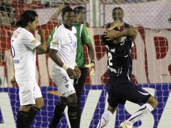GOLES QUE NO HACES. Julián Velásquez se lamenta fallar una opción inmejorable de gol. Luego, Independiente pagaría caro no embocar en el arco rival. El 'Rojo' quedó con un pie afuera de la Libertadores (Foto: Reuters)