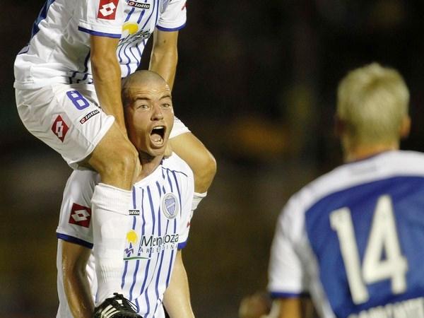 SE CUELGA DEL EMPATE. Un golazo de Mariano Donda, le dio el empate al elenco mendocino que venía sufriendo las arremetidas uruguayas. (Foto: AP)