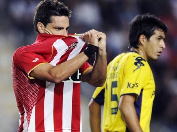 LA QUE TE COMISTE. Rodrigo López se lamenta tras fallar una opción inmejorable de gol. El artillero uruguayo no puede repetir en Estudiantes el gran rendimiento mostrado en Vélez Sarsfield. (Foto: AP)
