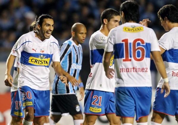 GRADUADOS. Tras el pitazo final, los jugadores chilenos festejaron el merecido triunfo ante Gremio. Los chilenos tienen un pie en la siguiente ronda. (Foto: AFP)