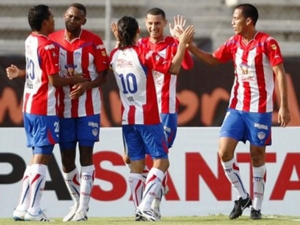 PA' ESO ESTÁ. 'Gio' Hernández celebra el gol de Luis Páez a los 7'. Junior se ponía en ventaja en Chiapas. (Foto: AP)
