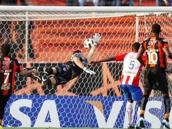 JACKSON DE VUELTA. Jackson Martínez devolvió las chances de clasificación con su anotación en los primeros minutos del segundo tiempo. (Foto: AP)
