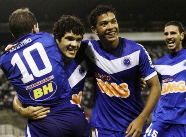 A SEGUNDA VUELTA. Wallyson y José Ortigoza celebran abrazando a Walter Montillo. El brasileño convirtió el segundo tanto para el 'Azulao'. (Foto: AP)