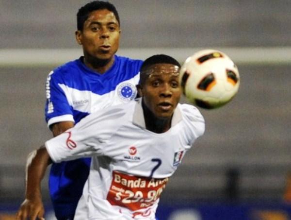 NO AGUANTÓ. Carlos Carbonero lucha el esférico con Marquinos. En Palogrande, Once Caldas cayó sin dar mucha lucha ante Cruzeiro. (Foto: AP)