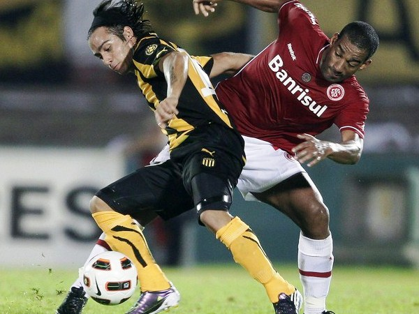 La zona de volante ha sabido mostrarse sólida cuando Peñarol ha tenido que defender. (Foto: Reuters)