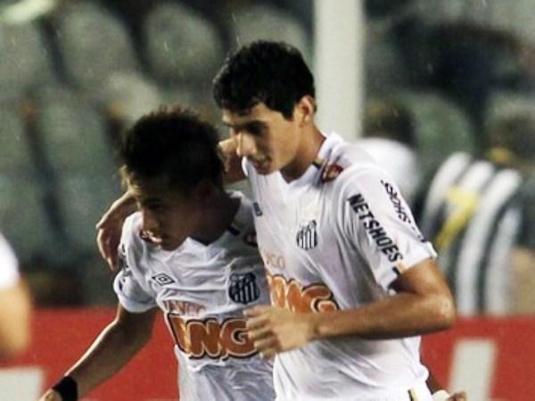 EN TUS SUEÑOS. Diego Reyes soñará con Neymar. El brasileño encaró constantemente la zona defendida por el '14' mexicano que lo espera en México para el partido de vuelta. (Foto: Reuters)