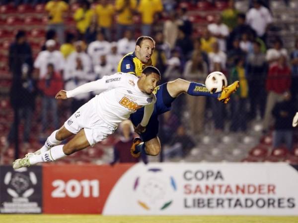 LLUVIA DE ESTRELLAS. En tierras mexicanas se llevó a cabo una verdadera batalla por la clasificación a cuartos de final. Bruno Aguilar y Vicente Vuoso dieron fe de ello. (Foto: REUTERS)