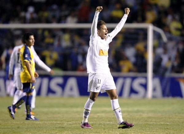 FESTEJA EL REY. Neymar celebró con todo la clasificación del Santos en tierras aztecas. (Foto: REUTERS)