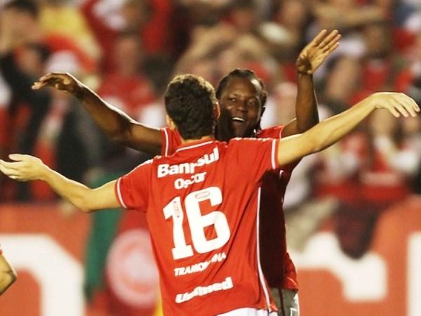 EL PRIMER ÓSCAR. Apenas en el primer minuto de juego, Óscar anotó para Internacional y puso la llave 2-1 para el 'Colorado'. (Foto: AP)