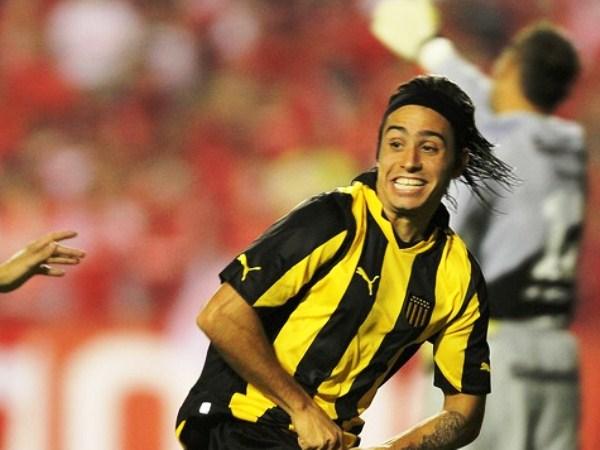 LE SACÓ EL JUGO A LA CAMISETA. Alejandro Martinuccio anotó el empate en el Beira Río y empezó a darle cuerda a la remontada del 'Carbonero'. (Foto: AP)