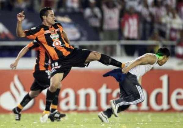 ¡QUÉ ABUSIVO! Ricardo Esqueda fue protagonista de este lamentable incidente. Las palabras sobran al ver la ausencia del juego en un estadio de FÚTBOL. (Foto: REUTERS)