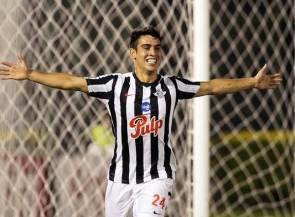 VOLANDO A CUARTOS.  José Núñez marcó el 3-0 y el Estadio Nicolás Leoz era una fiesta. Ni los brasileños se imaginarían tanta diferencia en el juego y en el marcador. (Foto: Reuters)