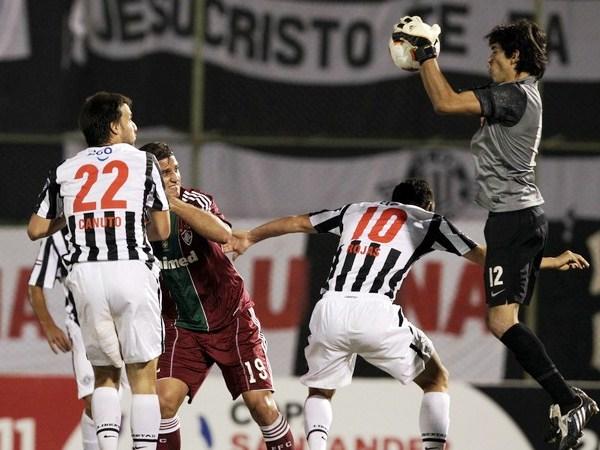 LA VICTORIA EN SUS MANOS. Tobías Vargas tomaba el balón tras el desesperado ataque de Fluminense y les daba seguridad a sus compañeros. (Foto: Reuters)