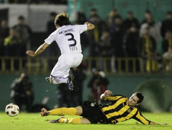 NO EXISTIÓ PATERNIDAD. Emiliano Papa fue correctamente neutralizado por el bloque defensivo de Peñarol. Los charrúas jugaron el encuentro con el cuchillo entre los dientes. (Foto: Reuters)