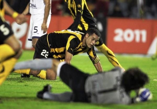 SE SUFRE PARA GANAR. El capitán Darío Rodríguez le permitió  a su elenco conseguir la victoria en el partido de ida. Con un fuerte golpe de cabeza, el uruguayo venció la resistencia de Barovo. (Foto: Reuters)