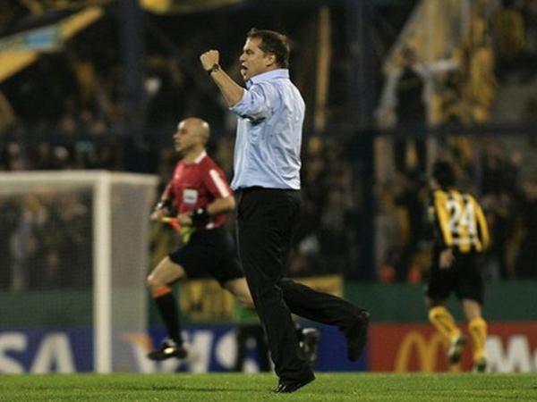 MOMENTO DE GOZAR. Diego Aguirre pega el grito tras logar la clasificación a la gran final de la Copa Libertadores. Peñarol se apoderaba de Liniers. (Foto: Reuters)
