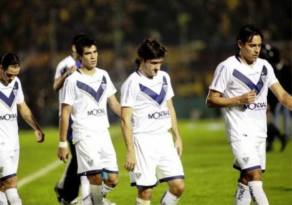 DE CAPA CAÍDA. Los jugadores de Vélez no pudieron salir más cabizbajos del Centenario. Los argentinos no esperaban la derrota ante Peñarol. (Foto: Reuters)
