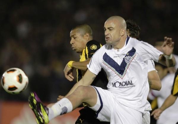 BATALLA TITÁNICA. Santiago Silva y Andrés Freitas tuvieron una lucha aparte durante el cotejo. El partido se hizo muy disputado en cada metro de la cancha. (Foto: Reuters)