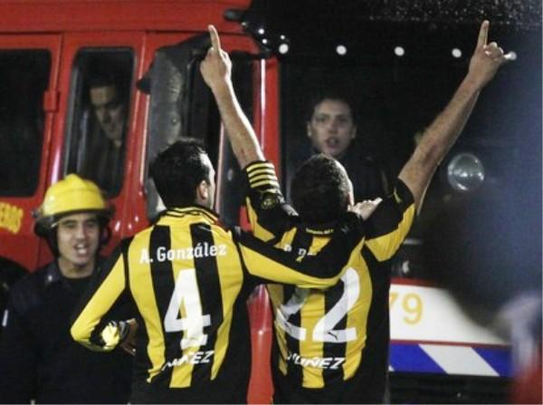 MANOS ARRIBA. Darío Rodríguez no escatimó energías a la hora de celebrar su tanto. (Foto: Reuters)