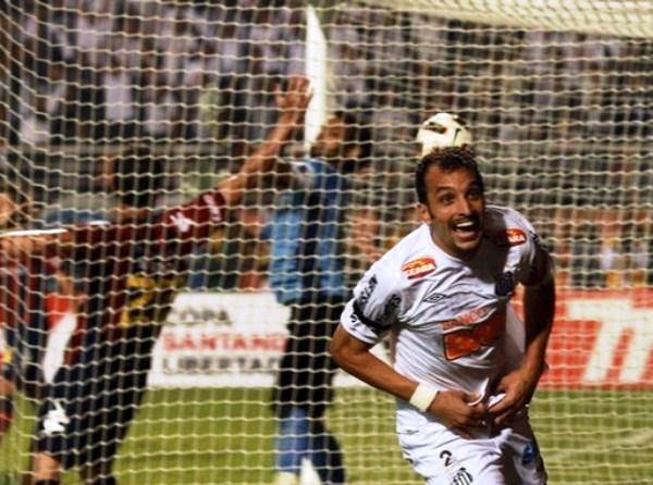 PA' ACÁ, EDÚ. El '2' de Santos celebra su gol con los hinchas que llenaron el Pacaembú. Sería el único tanto de la noche brasileña. (Foto: Reuters)