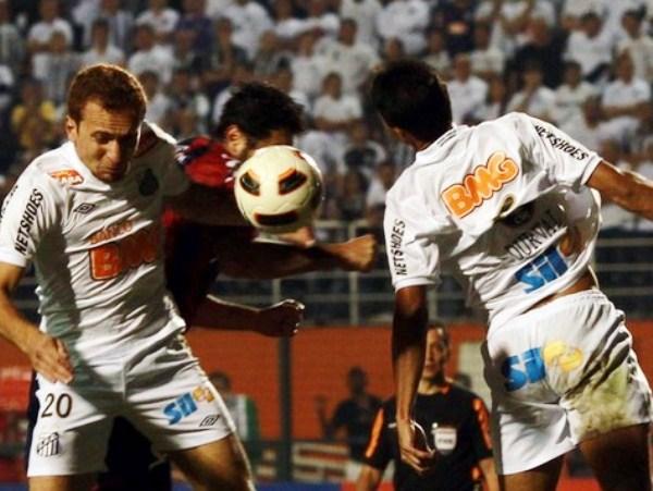 EL '10' SE ENSUCIA. Ze Eduardo -el más flojo del partido- pelea junto a Durval por el balón, ante el inútil intento del '10' argentino de Cerro Porteño, Jonathan Fabbro.  (Foto: Reuters)
