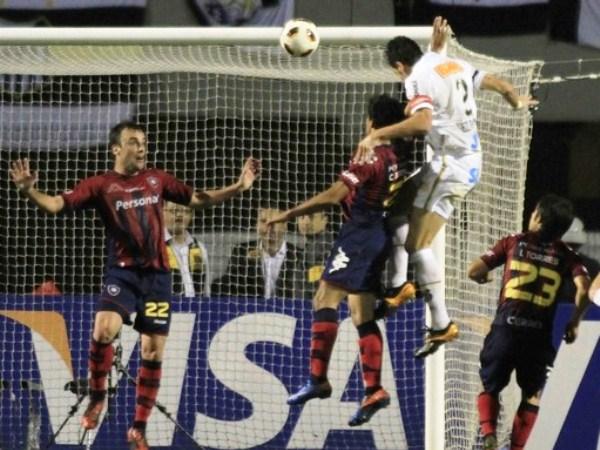 GOL CON EDUCACIÓN. Edú Dracena se impulsa y ejecuta un cabezazo que no pudo atajar para Diego Barreto. Cuando el primer tiempo se iba, el capitán puso el marcador a favor de Santos. (Foto: Reuters)