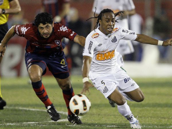 Arouca es el responsable de la marca en el cuadro Peixe. Suele recibir el apoyo de Elano y Danilo. (Foto: Reuters)