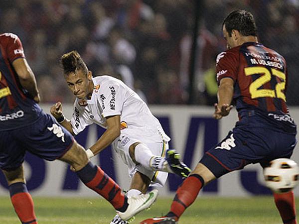 DIRECTO A LA FINAL. Neymar anota un gol ante Cerro Porteño y prácticamente cierra la lleva y le da el pase a Santos a la final de la Copa Libertadores 2011. (Foto: EFE)