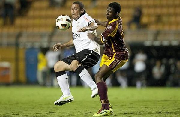 La paupérrima presentación de Corinthians en la Libertadores de 2011 tuvo consecuencias como el retiro de Ronaldo del fútbol y la partida de Roberto Carlos al Anzhi de la Liga Premier Rusa (Foto: EFE)