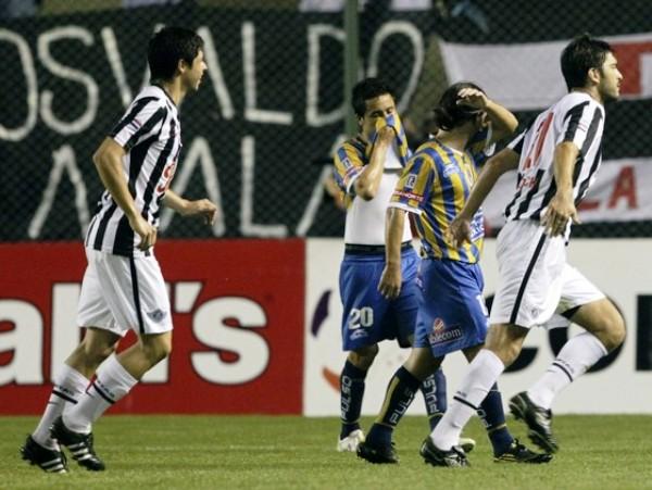IMAGEN RE-REPETIDA.  Nicolas Pavlovich y  Juan Rodrigo Rojas se prestan a celebrar el segundo tanto de Libertad ante San Luis. El equipo paraguayo se clasificó como uno de los mejores primeros de la fase de grupos. (Foto: REUTERS)