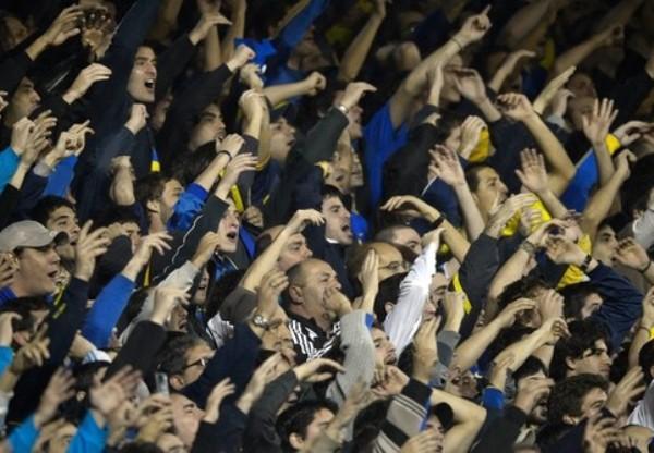 LA CANCHA. Un ambiente de fiesta fue el que se vivió en La Bombonera, estadio en el que  no se pudo encontrar un solo asiento vacío. (Foto: AFP)