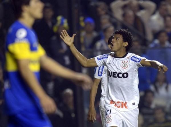 LA JOYITA.  Un error en salida de Riquelme le permitió a Corinthians llegar al empate a los 86'.  Luego de una buena jugada colectiva en la cual participaron Paulinho y Enerson, Romarinho decretó el 1-1 tras un sutil toque ante la salida de Orión. (Foto: AFP)