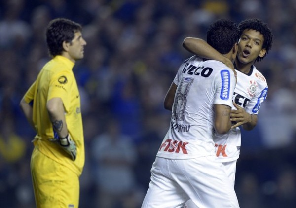 EL CAMBIAZO. Pese a tener pocos minutos en la cancha, Romarinho fue vital para que el 'Timao' pudiera sacar un buen resultado de Argentina. (Foto: AFP)